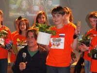 Stefan Schaab receives the Garvinea TrowelTrophy from Dutch GardenTV presenter Lodewijk Hoekstra.