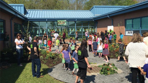 Volunteers made quick work of transforming a neglected courtyard into a school garden with foodscaping.